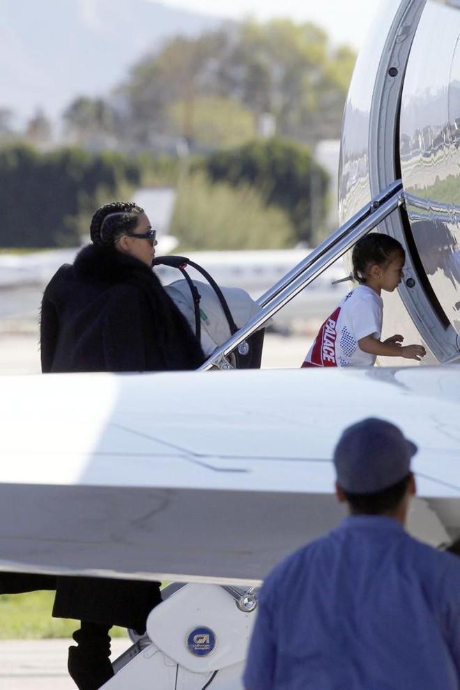 """Con gái Kim """"siêu vòng ba"""": 5 tuổi đã sở hữu tủ đồ hiệu hàng chục tỷ, đi phi cơ riêng - Ảnh 16."""
