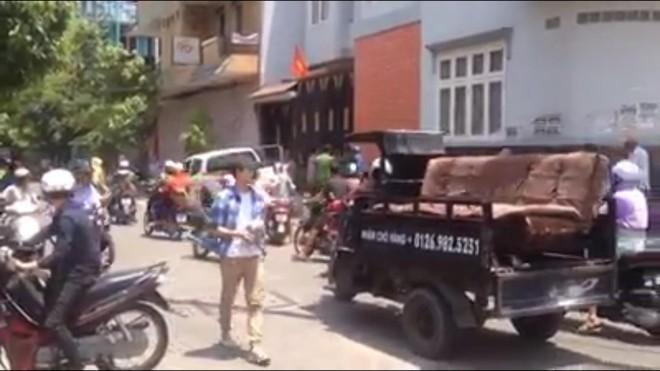 Công an nổ súng trấn áp nam thanh niên dùng kéo đâm chủ quán cơm ở Sài Gòn - Ảnh 1.