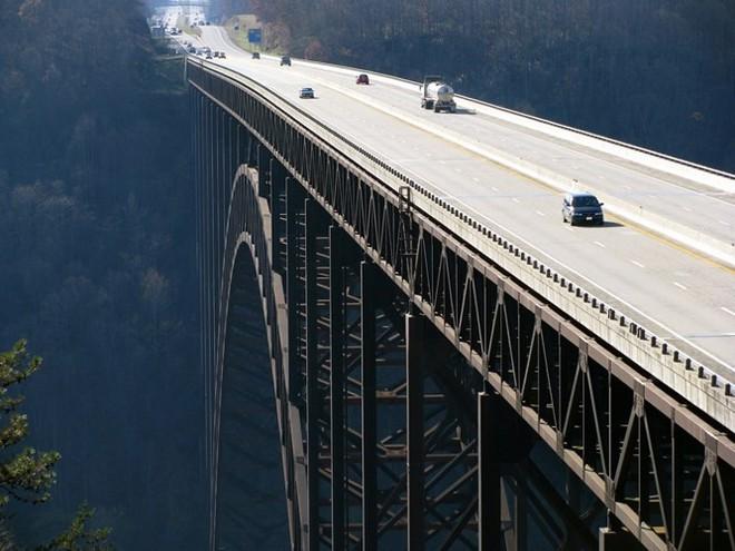 Du khách sẽ rùng mình khi đi trên những cây cầu này - Ảnh 1.