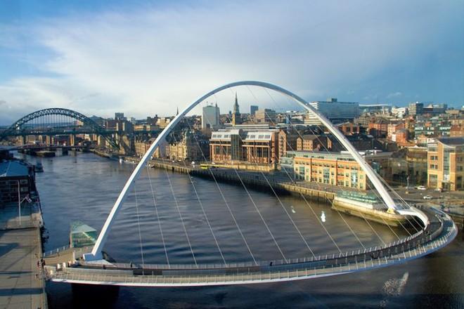 Du khách sẽ rùng mình khi đi trên những cây cầu này - Ảnh 2.