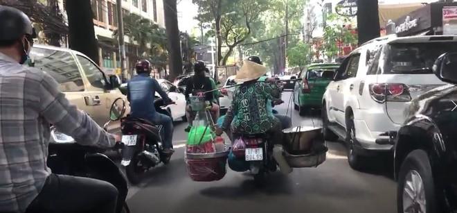 Xe máy chở nước sôi, lửa bỏng của cô bán hàng rong khiến ninja cũng phải sợ hãi mà nhường đường - Ảnh 1.