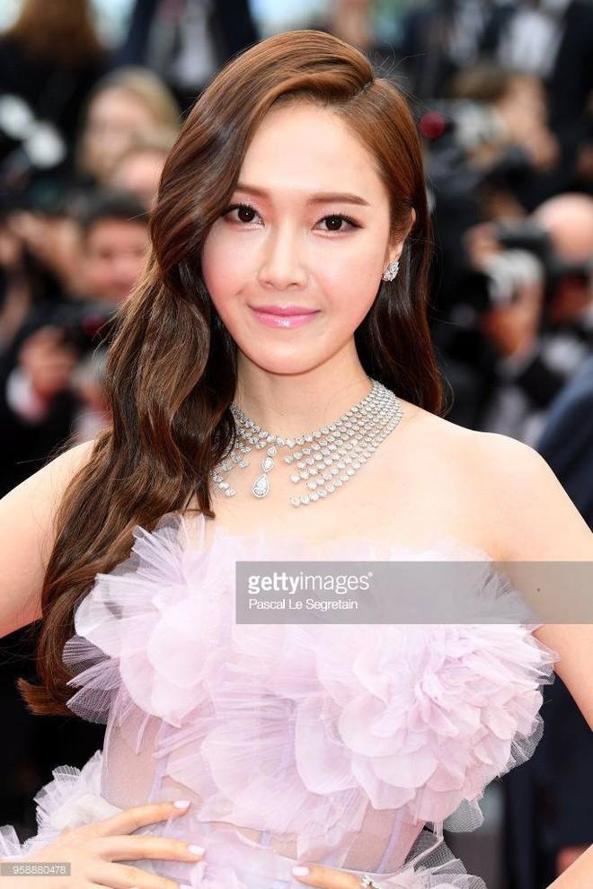 Cận cảnh khoảnh khắc lật mặt như bánh tráng của Jessica khi bị đuổi khéo vì câu giờ tạo dáng trên thảm đỏ Cannes - Ảnh 14.