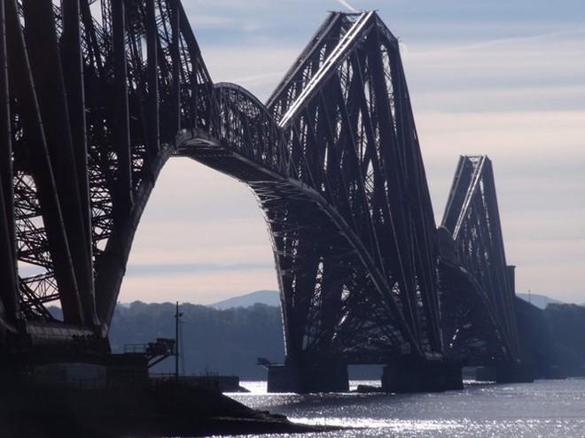 Du khách sẽ rùng mình khi đi trên những cây cầu này - Ảnh 14.