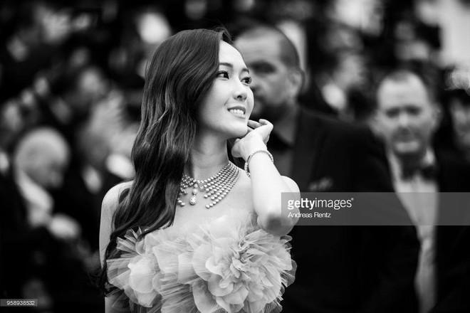 Cận cảnh khoảnh khắc lật mặt như bánh tráng của Jessica khi bị đuổi khéo vì câu giờ tạo dáng trên thảm đỏ Cannes - Ảnh 16.