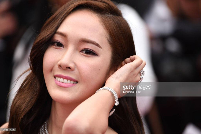 Cận cảnh khoảnh khắc lật mặt như bánh tráng của Jessica khi bị đuổi khéo vì câu giờ tạo dáng trên thảm đỏ Cannes - Ảnh 18.