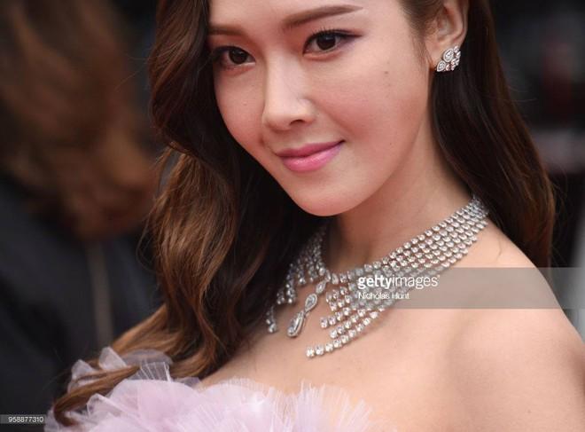 Cận cảnh khoảnh khắc lật mặt như bánh tráng của Jessica khi bị đuổi khéo vì câu giờ tạo dáng trên thảm đỏ Cannes - Ảnh 19.