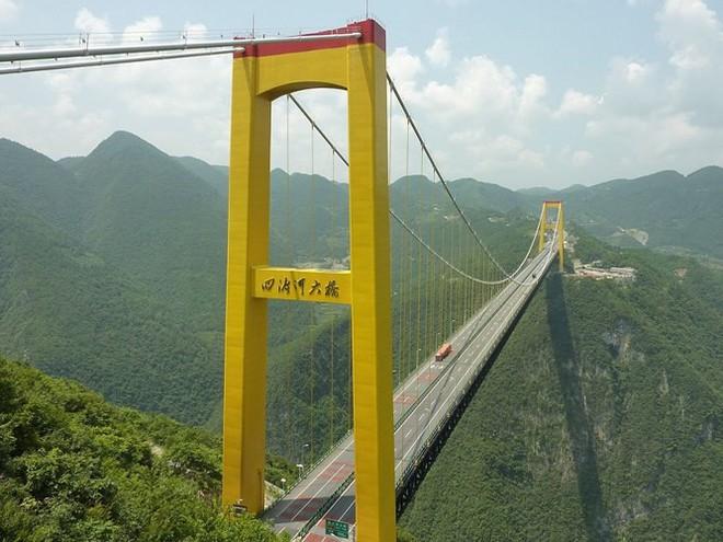 Du khách sẽ rùng mình khi đi trên những cây cầu này - Ảnh 5.