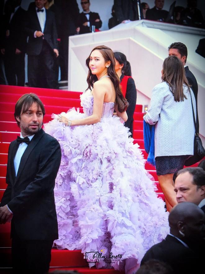 Cận cảnh khoảnh khắc lật mặt như bánh tráng của Jessica khi bị đuổi khéo vì câu giờ tạo dáng trên thảm đỏ Cannes - ảnh 8