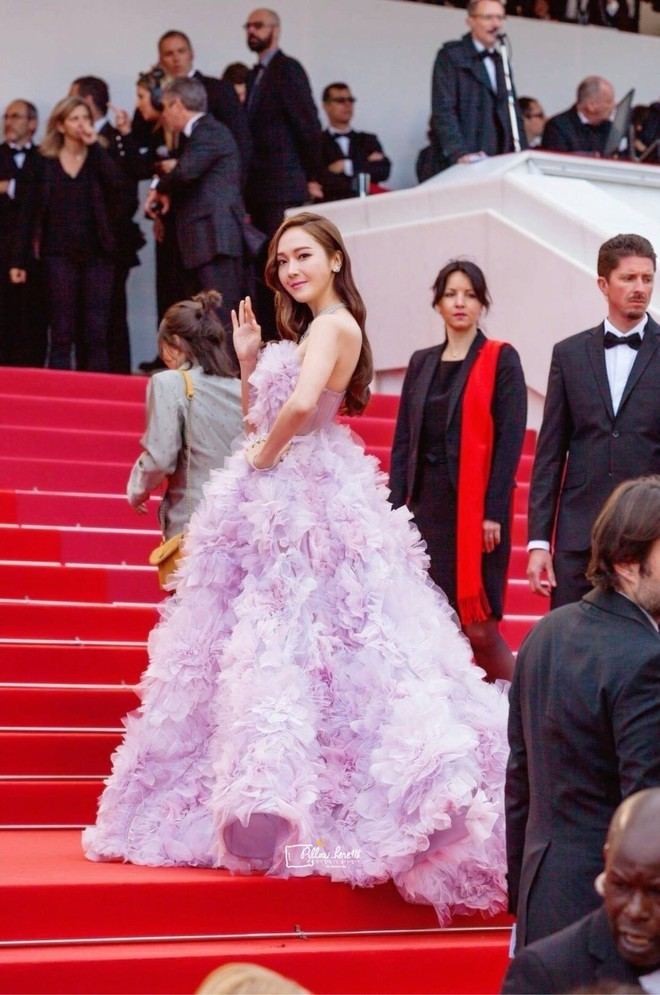 Cận cảnh khoảnh khắc lật mặt như bánh tráng của Jessica khi bị đuổi khéo vì câu giờ tạo dáng trên thảm đỏ Cannes - ảnh 9