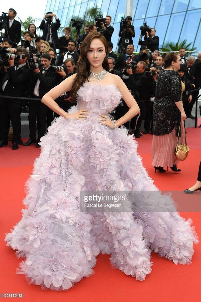 Cận cảnh khoảnh khắc lật mặt như bánh tráng của Jessica khi bị đuổi khéo vì câu giờ tạo dáng trên thảm đỏ Cannes - Ảnh 10.