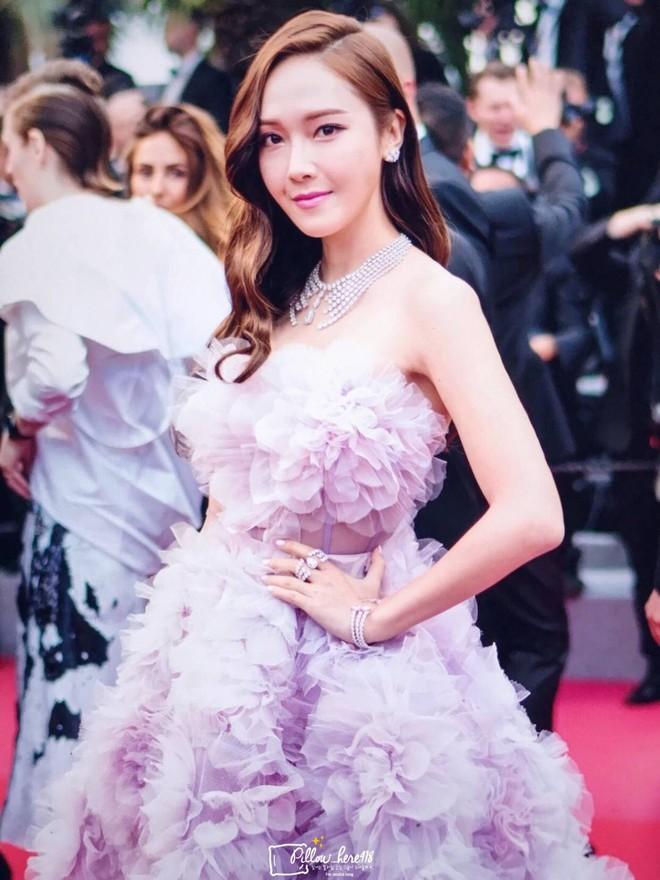 Cận cảnh khoảnh khắc lật mặt như bánh tráng của Jessica khi bị đuổi khéo vì câu giờ tạo dáng trên thảm đỏ Cannes - Ảnh 11.