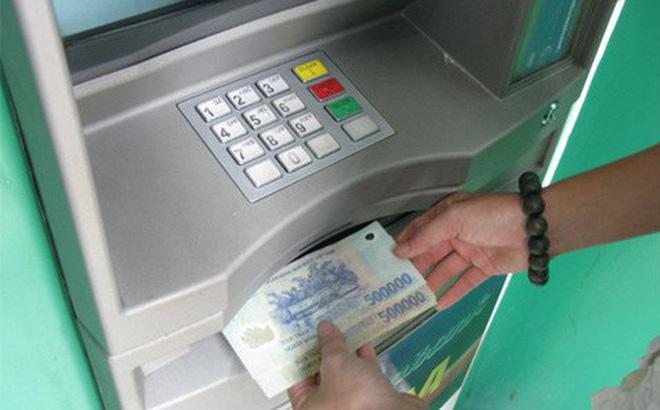 4 cách để khách hàng tiết kiệm trăm nghìn tiền phí giao dịch ATM