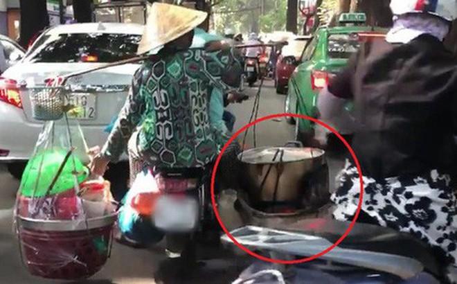 Xe máy chở ''nước sôi, lửa bỏng'' của cô bán hàng rong khiến ninja cũng phải sợ hãi mà nhường đường