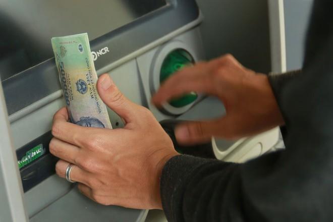4 cách để khách hàng tiết kiệm trăm nghìn tiền phí giao dịch ATM - Ảnh 1.