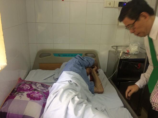 Tài xế taxi bị đập gạch vỡ đầu được chuyển sang Bệnh viện Việt Đức điều trị - Ảnh 1.