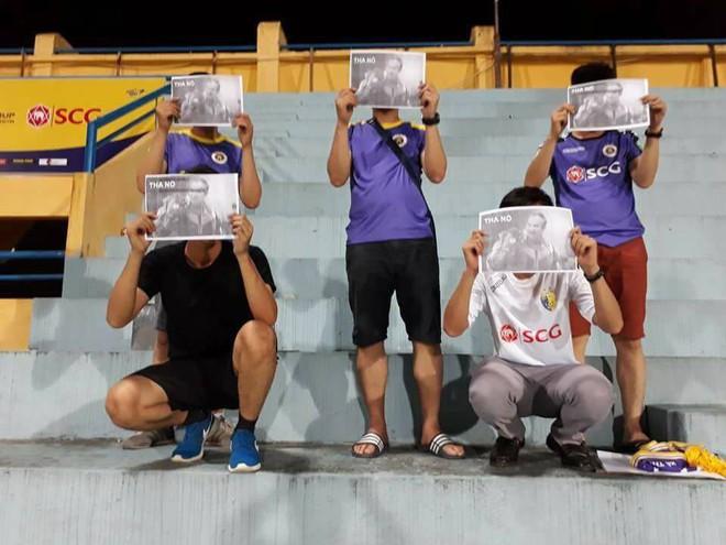 Nhóm CĐV mặc áo CLB Hà Nội chế giễu, xúc phạm bầu Đức - Ảnh 1.