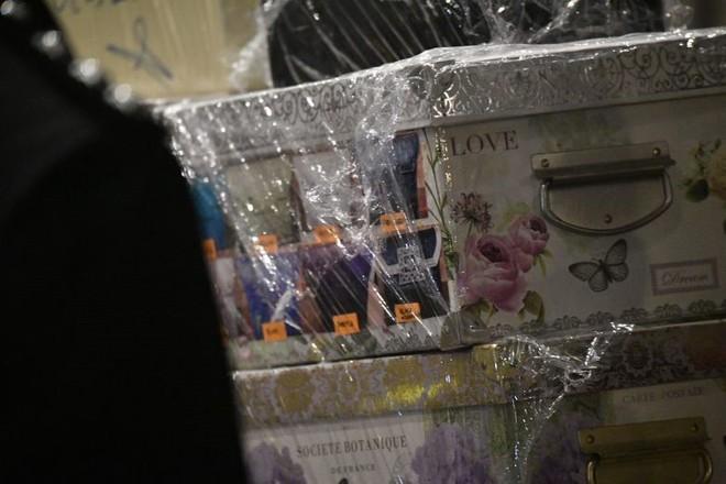 Cận cảnh xe đẩy ùn ùn chở hàng trăm túi xách, vali tiền mặt từ tư gia cựu Thủ tướng Malaysia - Ảnh 1.