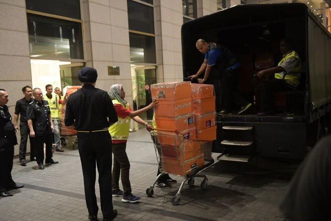 Cận cảnh xe đẩy ùn ùn chở hàng trăm túi xách, vali tiền mặt từ tư gia cựu Thủ tướng Malaysia - Ảnh 2.