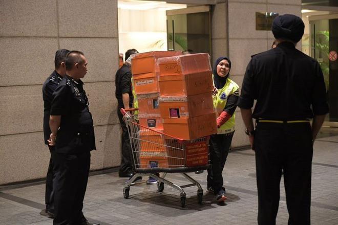 Cận cảnh xe đẩy ùn ùn chở hàng trăm túi xách, vali tiền mặt từ tư gia cựu Thủ tướng Malaysia - Ảnh 3.