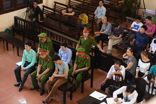 Đồng nghiệp của BS Lương mời luật sư để đề phòng bị ép ký đã đến cơ quan điều tra - Ảnh 2.