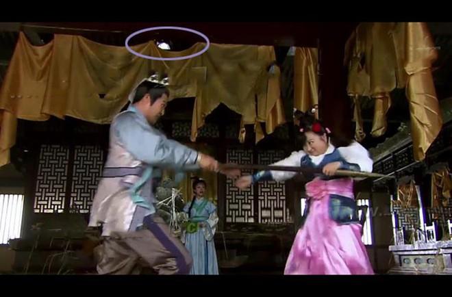 Phim cổ trang Hoa ngữ gây cười vì sạn vô lý: Thời cổ có cần cẩu, điện thoại di động - Ảnh 4.