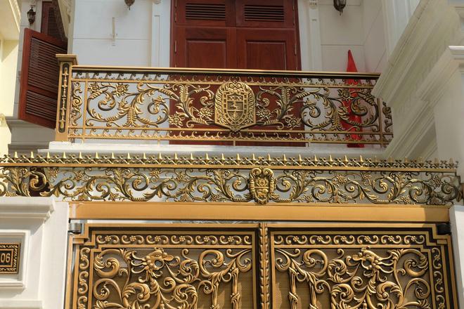 """Ngỡ ngàng bộ cổng tiền tỷ của biệt thự """"sinh ba"""" giữa lòng Hà Nội - Ảnh 4."""
