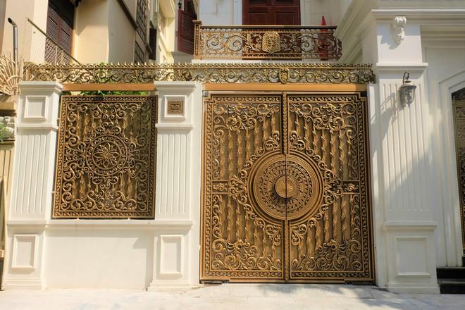 """Ngỡ ngàng bộ cổng tiền tỷ của biệt thự """"sinh ba"""" giữa lòng Hà Nội - Ảnh 9."""