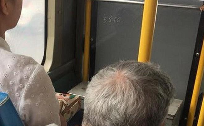 Hình ảnh cô gái trẻ không nhường ghế cho cụ ông già yếu khi đi xe buýt gây búc xúc