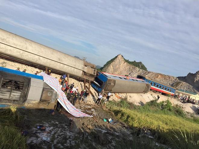 Triệu tập hai nhân viên gác chắn vụ tai nạn tàu hỏa khiến 10 người thương vong ở Thanh Hóa - Ảnh 1.