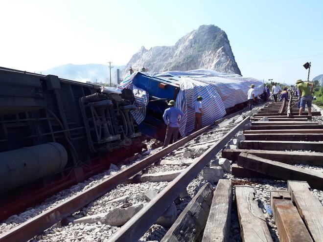 Vụ tai nạn đường sắt ở Thanh Hóa: 6 toa tàu bị lật khỏi đường ray.