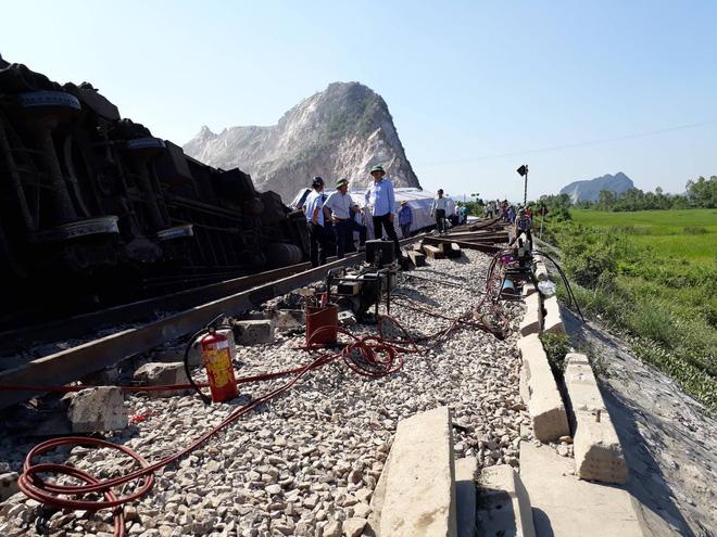 Đang tiến hành tu sử đoạn đường sắt sau vụ tai nạn tàu hỏa với xe ben.