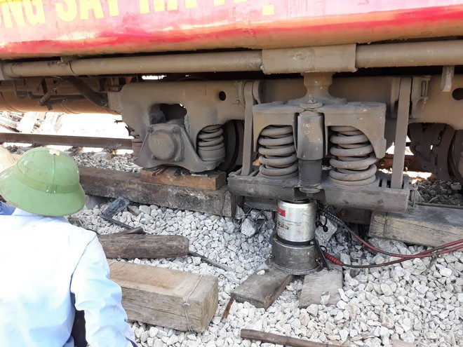 Mới nhất từ hiện trường tai nạn tàu hỏa: Hơn 2000 khách bị ảnh hưởng, gấp rút sửa đường ray - Ảnh 14.