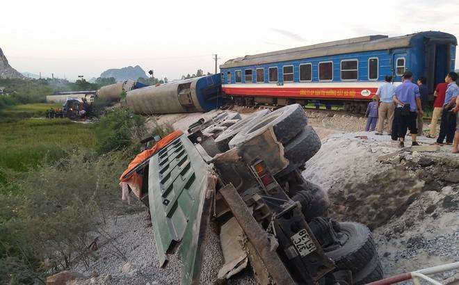 Tàu hỏa đâm xe ben lúc rạng sáng, 2 người chết, nhiều người nguy kịch 1