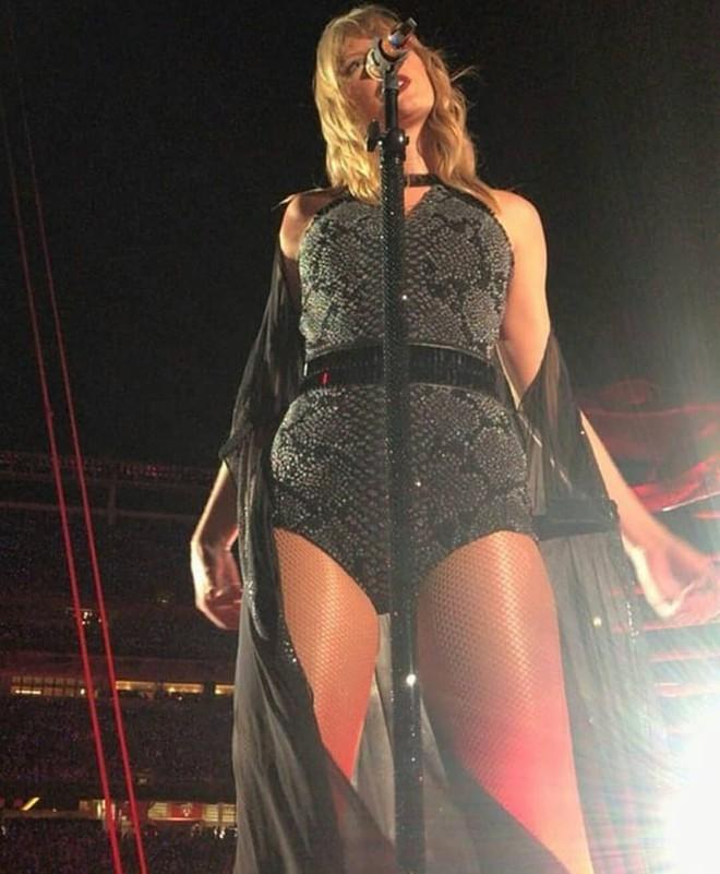 Mặc đồ bó sát, Taylor Swift lộ rõ bụng ngày càng béo ra, vòng 3 cũng đẫy đà hơn trước - Ảnh 3.