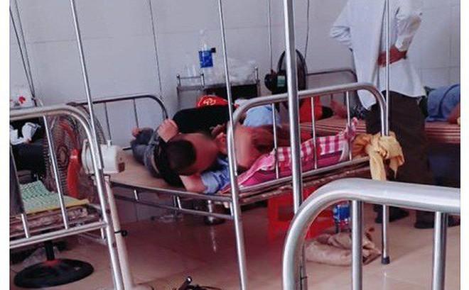 """""""Nóng mắt"""" với cảnh cặp đôi ôm nhau, hôn hít ngay trên giường bệnh viện giữa bốn bề bệnh nhân"""