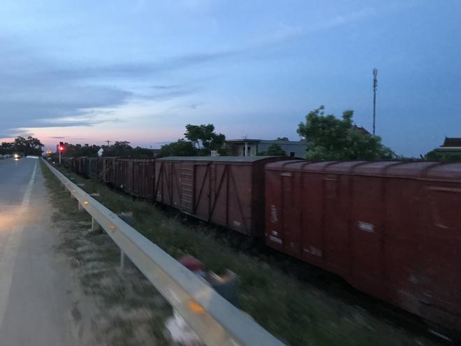 Đường sắt Bắc - Nam lại tắc nghẽn vì 2 toa tàu trật bánh, lật nghiêng ở Nghệ An 6