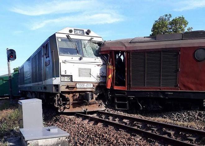Ảnh hiện trường vụ 2 tàu hỏa tông trực diện vào nhau khi vào ga, nhiều toa tàu lật nghiêng - Ảnh 2.