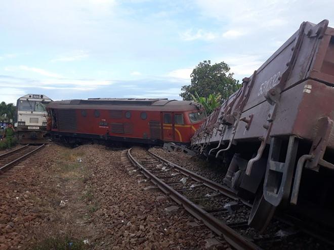 Ảnh hiện trường vụ 2 tàu hỏa tông trực diện vào nhau khi vào ga, nhiều toa tàu lật nghiêng - Ảnh 4.