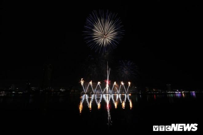 Mãn nhãn với chuyến tàu tình bạn được đội Pháp vẽ bằng pháo hoa trên sông Hàn - Ảnh 7.