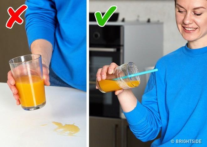 10 mẹo vặt vô cùng hữu ích của màng bọc thực phẩm, từ làm sạch nhà bếp đến bẫy côn trùng - Ảnh 1.