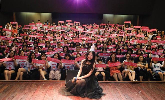 Clip Hòa Minzy gây khó hiểu khi nói với fan: Em đừng có ôm chị, không ai được đụng vào chị - Ảnh 1.
