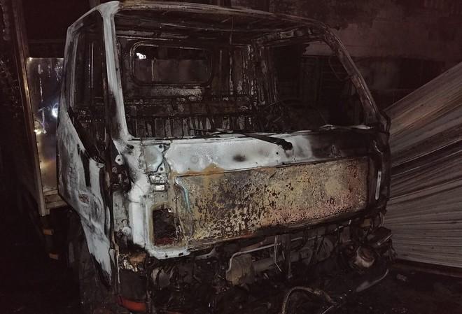 Hỏa hoạn thiêu rụi hàng nghìn m2 nhà xưởng, cảnh sát đục mái tôn chữa cháy trong 1 giờ 4