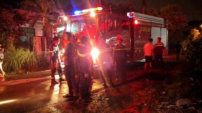 Hỏa hoạn thiêu rụi hàng nghìn m2 nhà xưởng, cảnh sát đục mái tôn chữa cháy trong 1 giờ 6