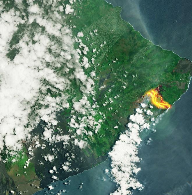 Núi lửa phun trào cực mạnh ở Hawaii, dung nham có thể được nhìn thấy từ ngoài vũ trụ - Ảnh 1.
