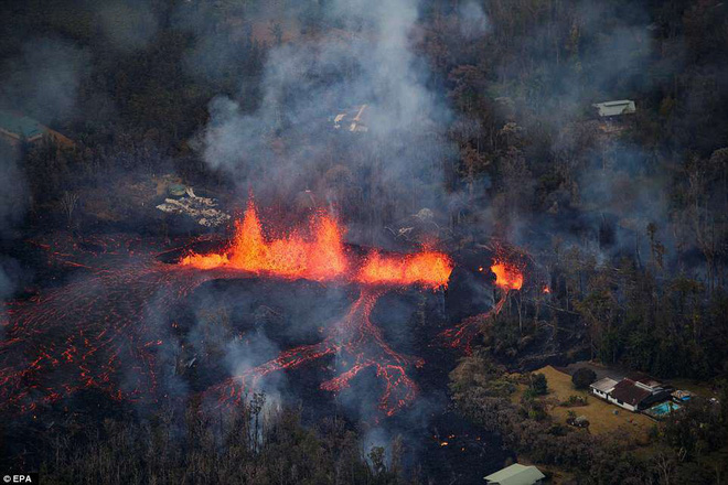 Núi lửa phun trào cực mạnh ở Hawaii, dung nham có thể được nhìn thấy từ ngoài vũ trụ - Ảnh 4.