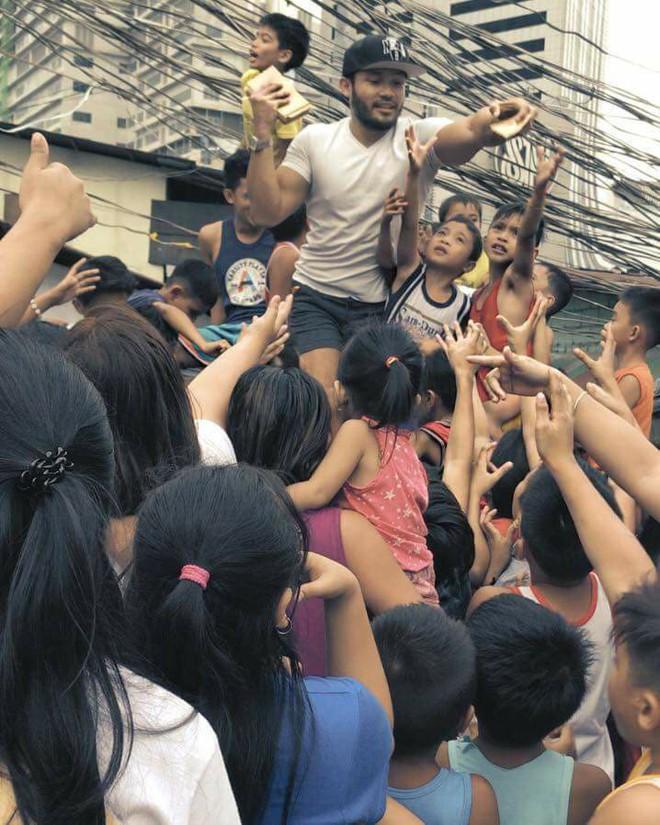 Ông hoàng catwalk đường phố châu Á sang Việt Nam: Biểu diễn ở chợ gây xôn xao - Ảnh 10.