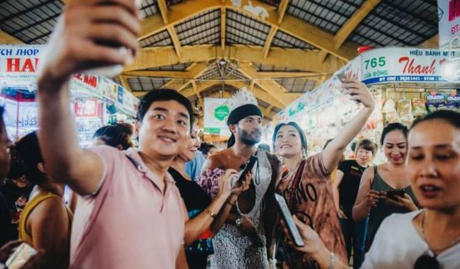 Ông hoàng catwalk đường phố châu Á sang Việt Nam: Biểu diễn ở chợ gây xôn xao - Ảnh 1.