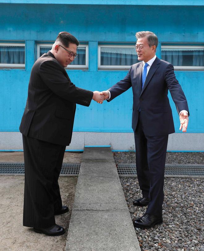Du khách đổ bộ Bàn Môn Điếm, thử bắt tay xuyên biên giới như hai ông Kim - Moon - Ảnh 7.