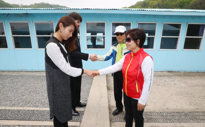 """Du khách đổ bộ """"Bàn Môn Điếm"""", thử bắt tay xuyên biên giới như hai ông Kim - Moon"""