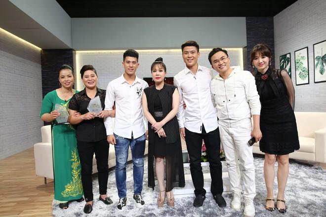 Mẹ Đình Trọng U23 Việt Nam phấn khích khi thấy Hari Won: Tôi muốn có con dâu như Hari Won! - Ảnh 1.